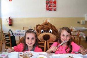 Maco Mišo potešil deti v školskej jedálni