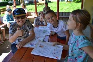 Školáci čítajú predškolákom